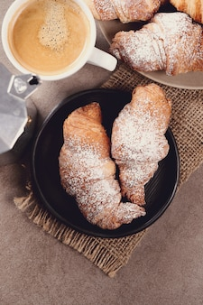Croissants avec tasse de café