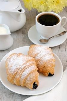 Croissants avec tasse de chocolat et café frais du matin.