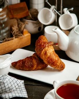 Croissants avec tasse de thé