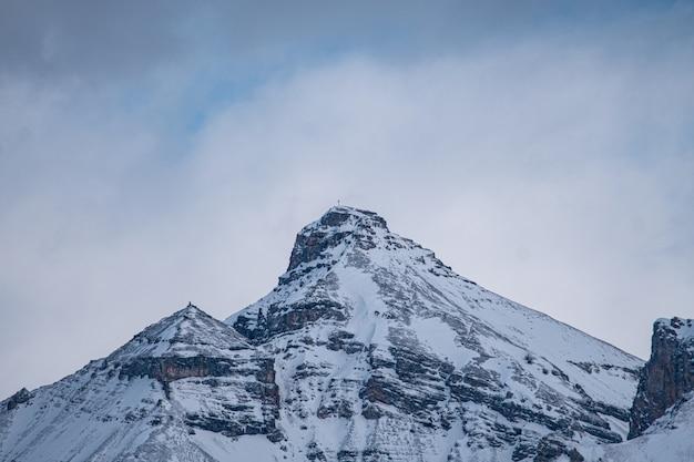 La croix alpine au sommet du sommet de la montagne