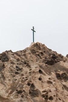 Croix au sommet d'une monture