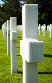 Croix blanches au cimetière de guerre américain près de omaha beach, en normandie (colleville-sur-mer), fr