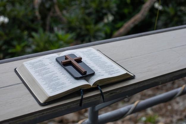 La croix en bois et la bible sur la table se préparent pour l'étude de la bible.