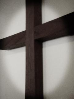 Croix de bois sur le mur