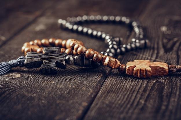 Croix en bois sur table en bois
