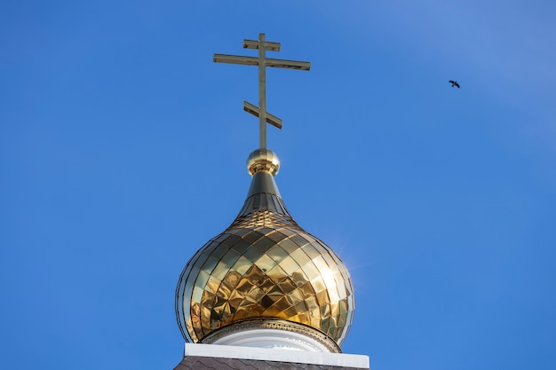Croix chrétienne contre le ciel bleu. église orthodoxe. photo de haute qualité