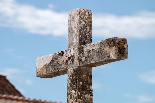 Croix chrétienne en pierre