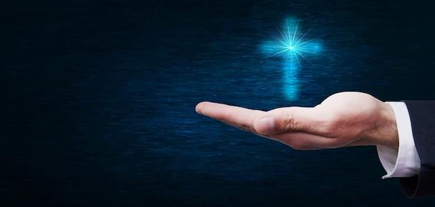 Croix dans le concept de main