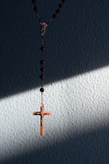 Croix du rosaire éclairée par le soleil