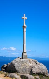 Croix en finisterre bout du saint james way en espagne