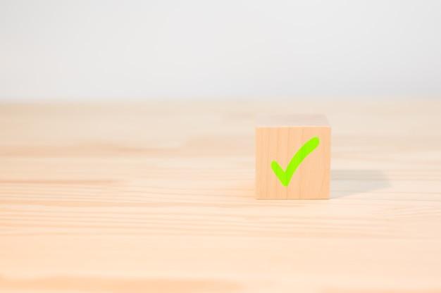 Croix marque x sur cube en bois