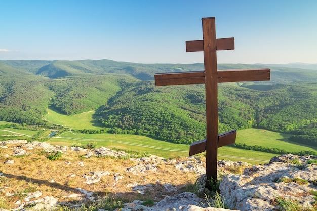 Croix orthodoxe au sommet d'une montagne. paysage de printemps