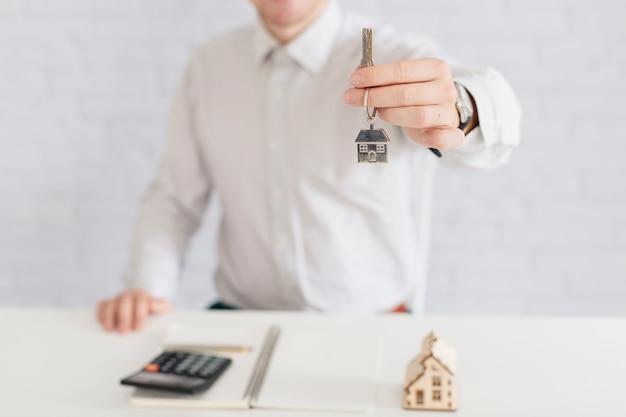 Crop agent immobilier donnant la clé
