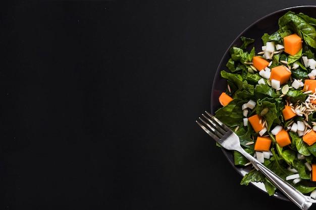 Crop assiette avec salade salée