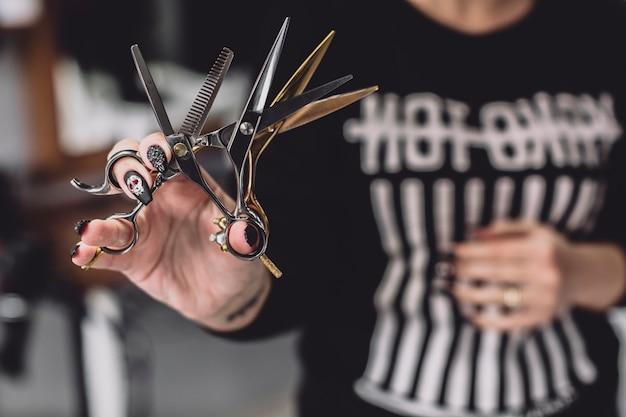 Crop coiffeur avec des ciseaux