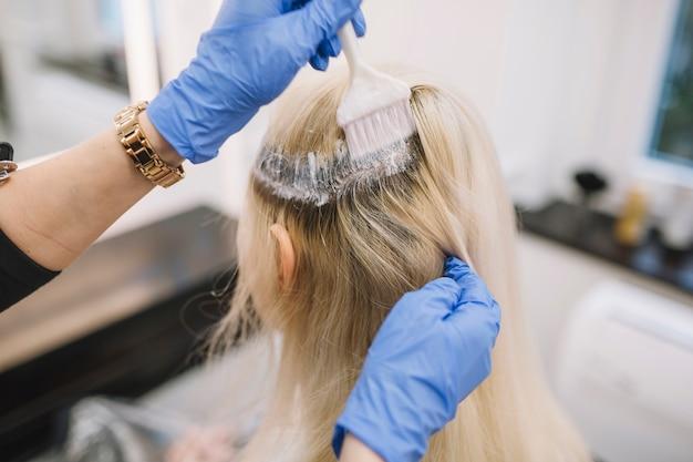 Crop coiffeur colorier le client dans le salon