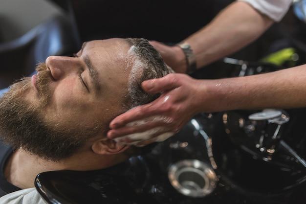 Crop coiffeur laver les cheveux du client