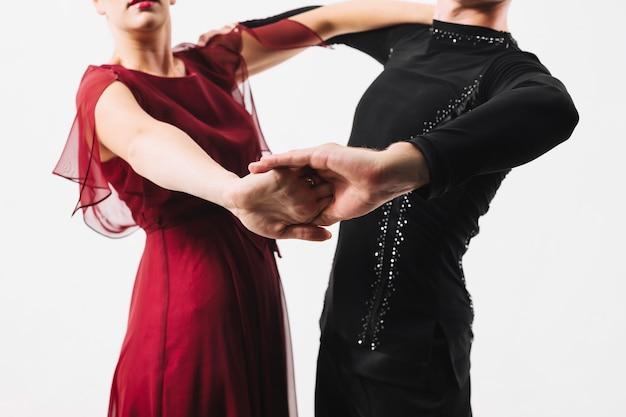 Crop couple en costumes de bal