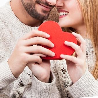 Crop couple avec un joli coeur