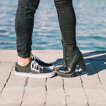 Crop couple s'embrasser sur la jetée