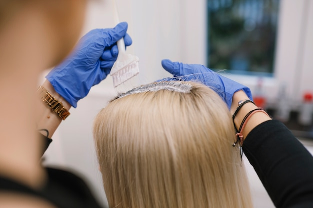 Crop élégant teinture blonde dans le salon