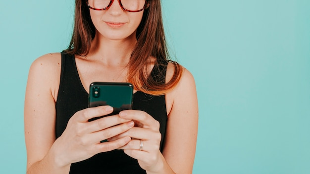 Crop femme à l'aide de smartphone