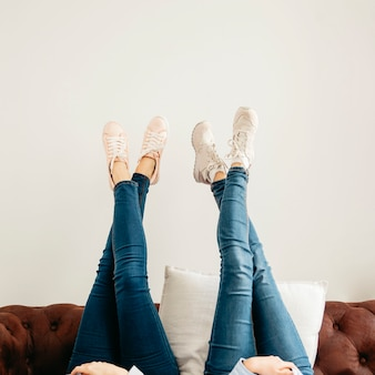 Crop femme allongée avec les jambes