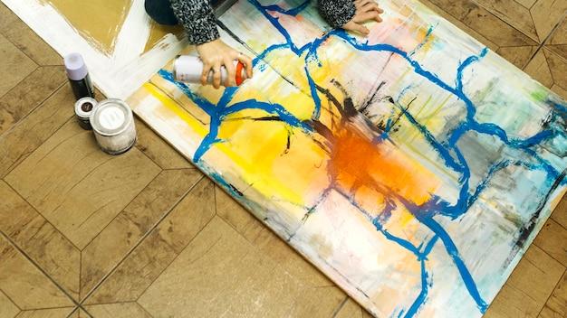 Crop femme peinture avec aérosol