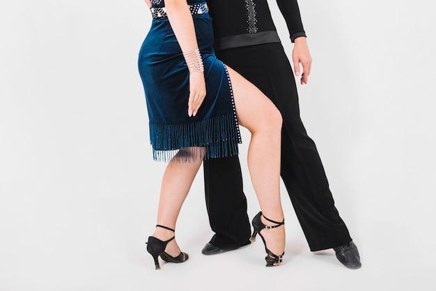 Crop femme pliant les genoux pendant la danse partenaire