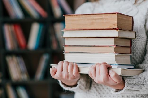 Crop femme portant des livres