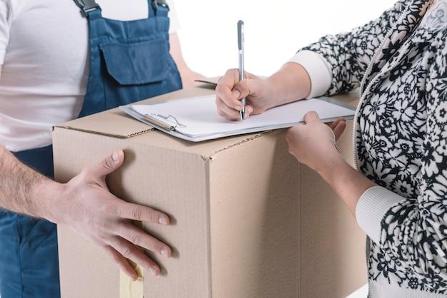 Crop femme signant pour colis