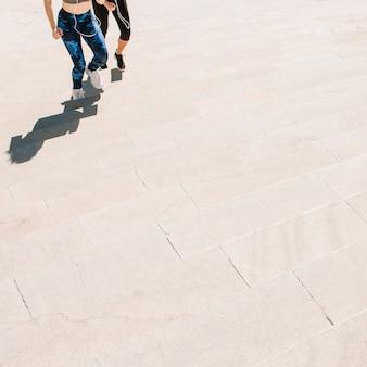 Crop femmes qui montent des escaliers