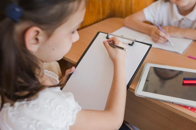 Crop fille dessin dans la salle de classe