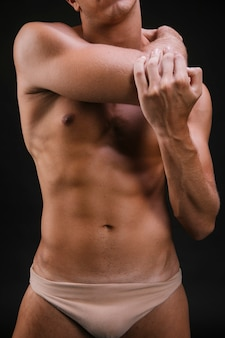 Crop guy réchauffe le muscle du bras