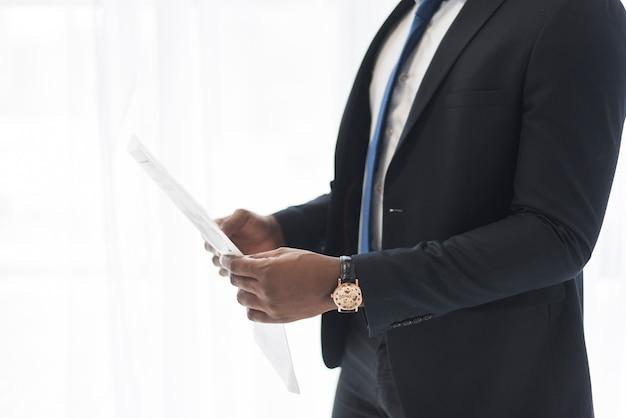 Crop homme d'affaires détenant des documents