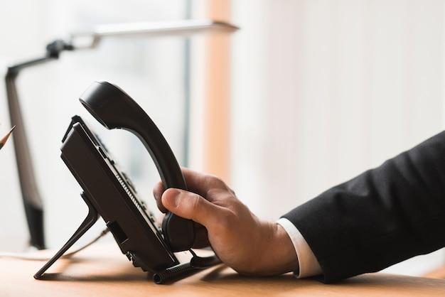 Crop homme d'affaires avec téléphone