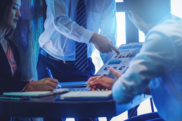 Crop image de gens d'affaires réunis pour discuter de la situation sur le marché.