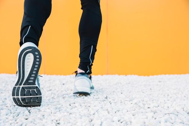 Crop jambes dans des chaussures de course en cours d'exécution