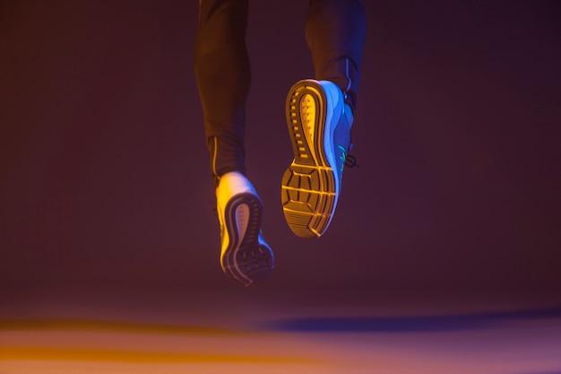 Crop jambes qui courent de la caméra