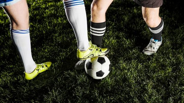 Crop jambes qui luttent pour la balle