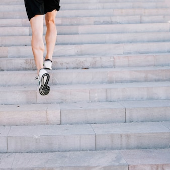 Crop jambes qui sprint dans les escaliers