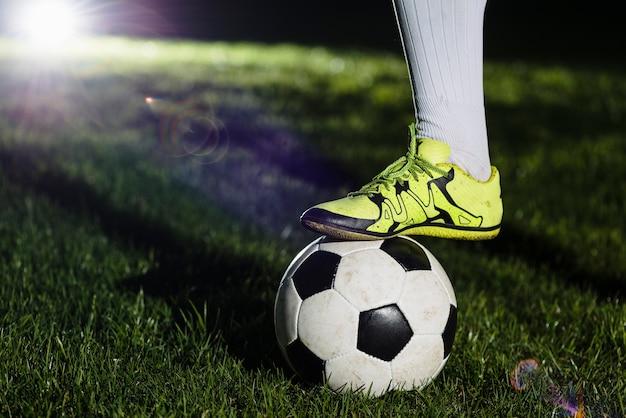 Crop leg sur le ballon de soccer