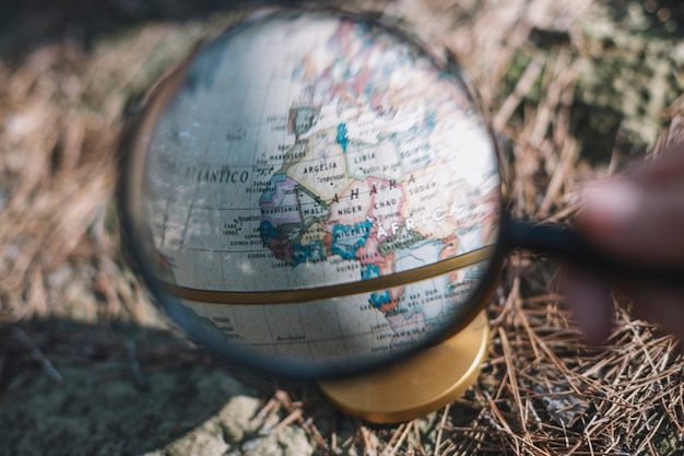 Crop main explorant le globe