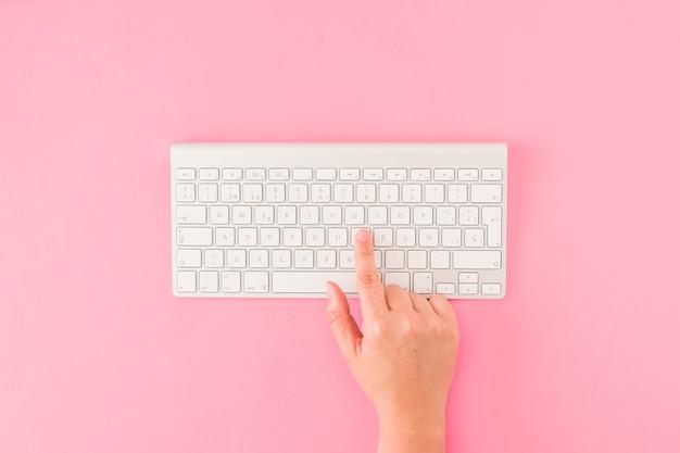 Crop main poussant des boutons sur le clavier
