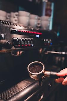 Crop main tenue portafilter avec café