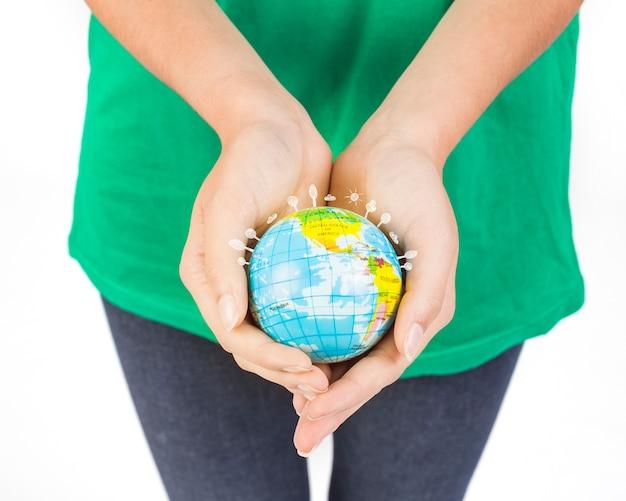 Crop mains d'une femme tenant un globe
