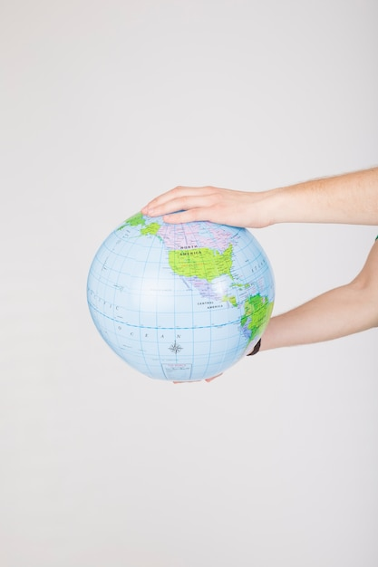 Crop mains tenant le globe de shapu irrégulier