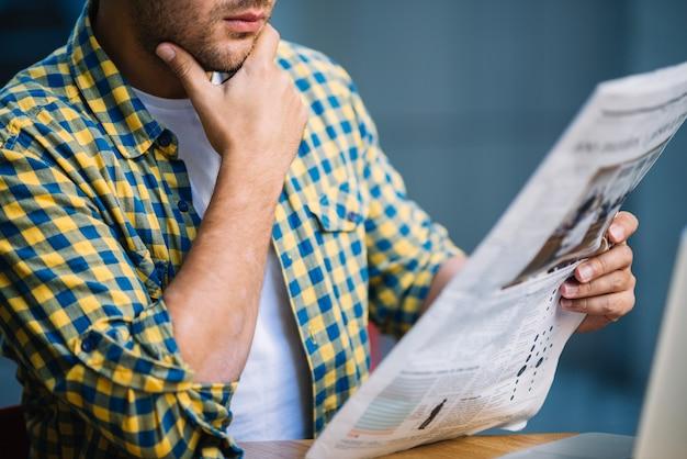 Crop man concentré sur les nouvelles