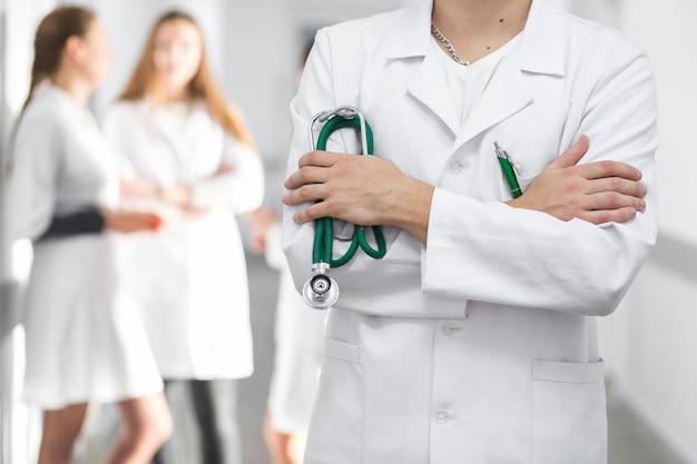Crop médecin avec les bras croisés