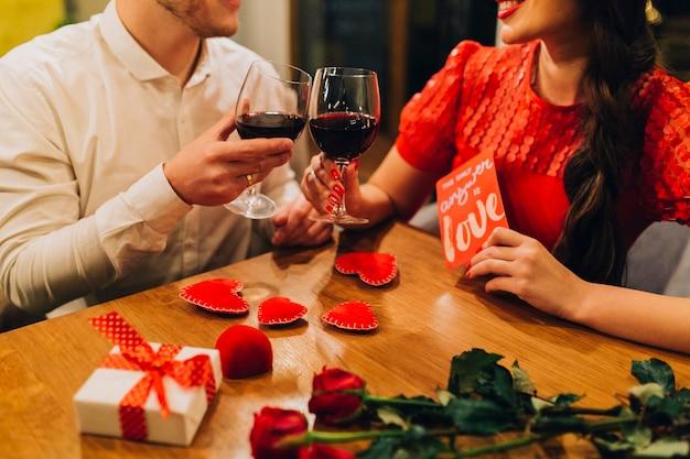 Crop people romantique ayant rendez-vous au restaurant
